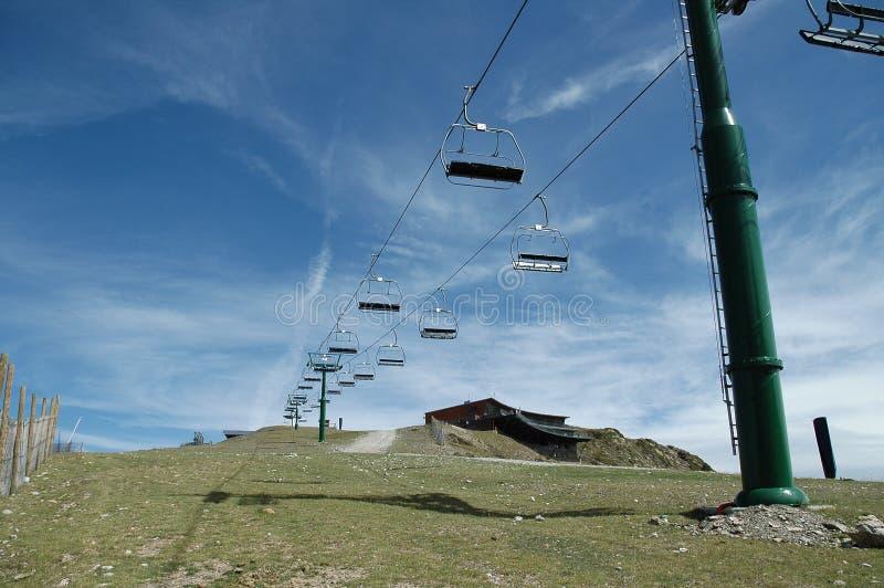 Kabelbahn in der Skispur stockfoto