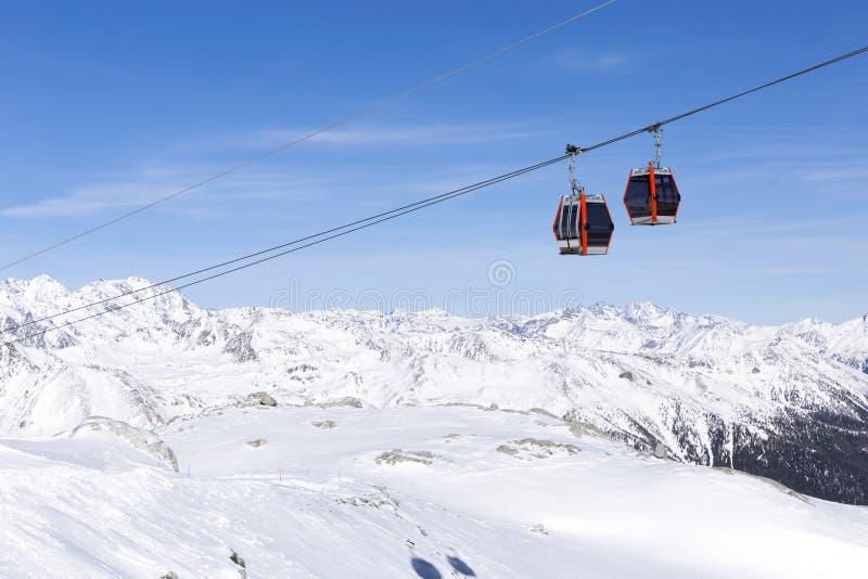 Kabelbahnaufzug-Drahtseilbahnen, Gondelkabinen auf schöner Landschaft des schneebedeckten Hintergrundes des Winters Gebirgs lizenzfreies stockfoto