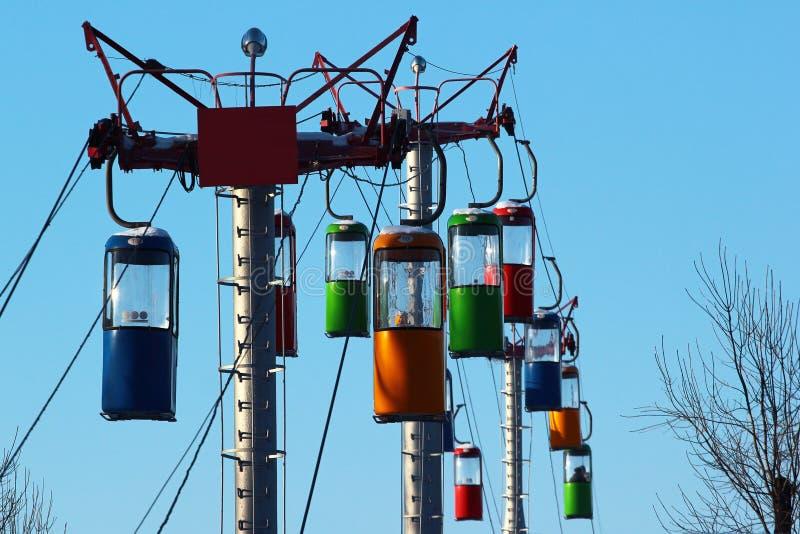 Kabelbahnpfosten und -kabinen auf Hintergrund des blauen Himmels stockbilder