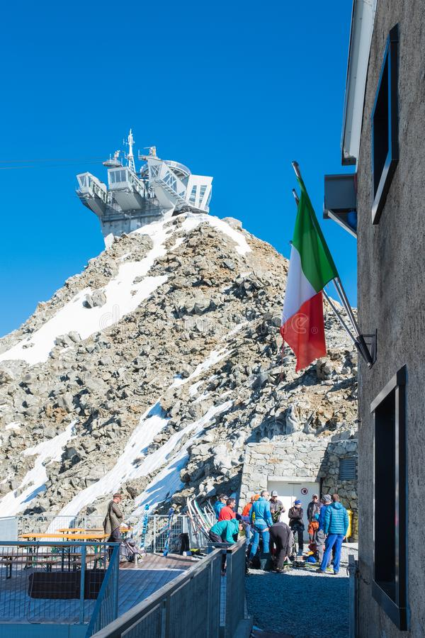 Kabelbahnstation Punta Helbronner im blauen Himmel mit italienischer Flagge lizenzfreies stockbild