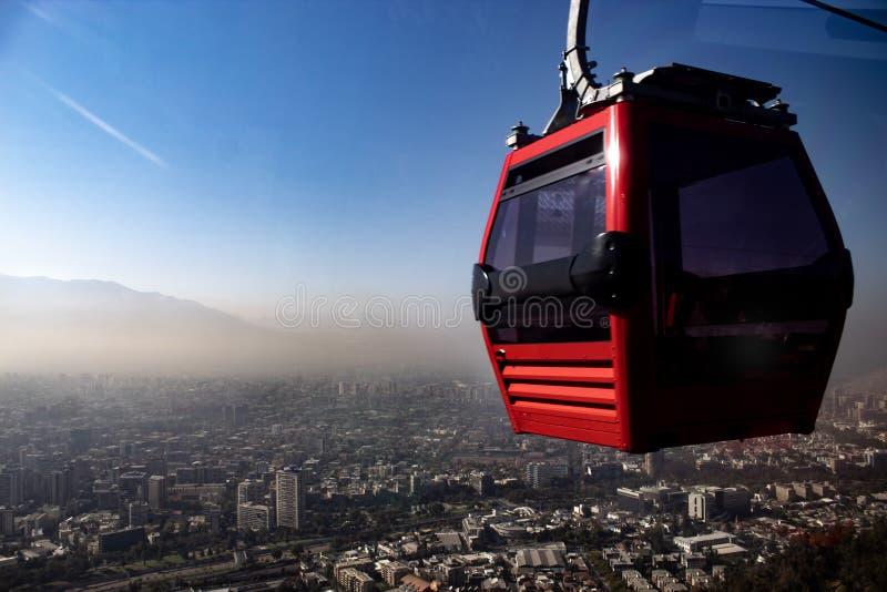 kabelbil, Chile, med staden i bakgrunden arkivfoto