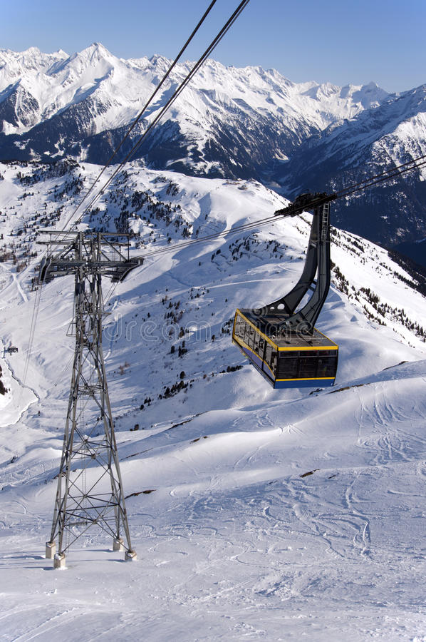 Download Kabelbil i Alps fotografering för bildbyråer. Bild av lutning - 27277063