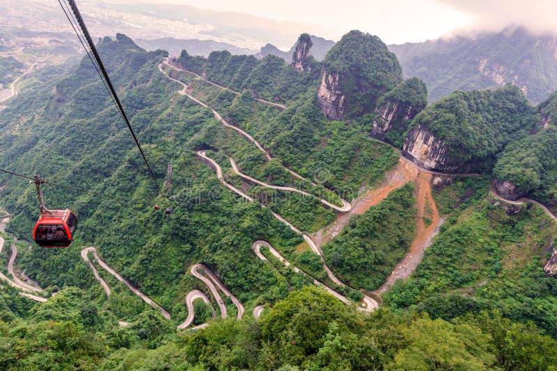 kabelbil med spolning och kurvvägen i det zhan Tianmen berget arkivbilder