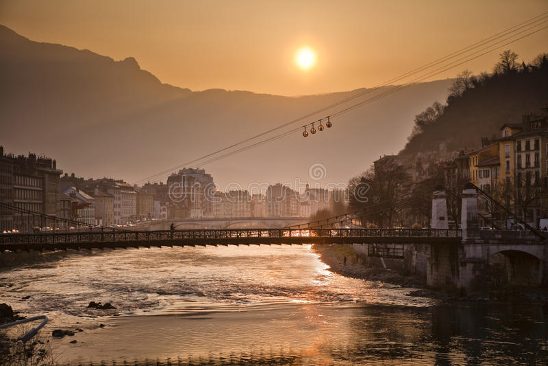 Kabelbil och flod Isere i Grenoble, Frankrike royaltyfri foto