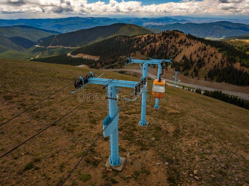 Kabelbil, Ski Lift upp det Colorado berget i sommar royaltyfri fotografi