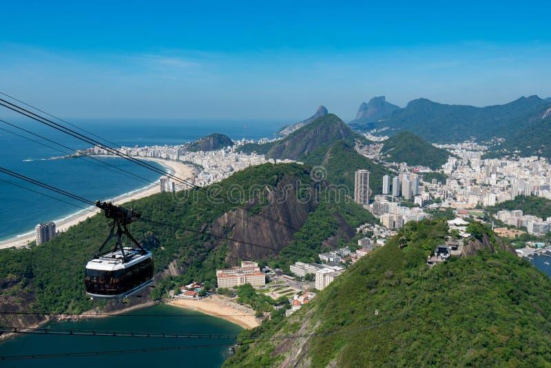 Kabelbil till det Sugarloaf berget i Rio de Janeiro arkivbilder