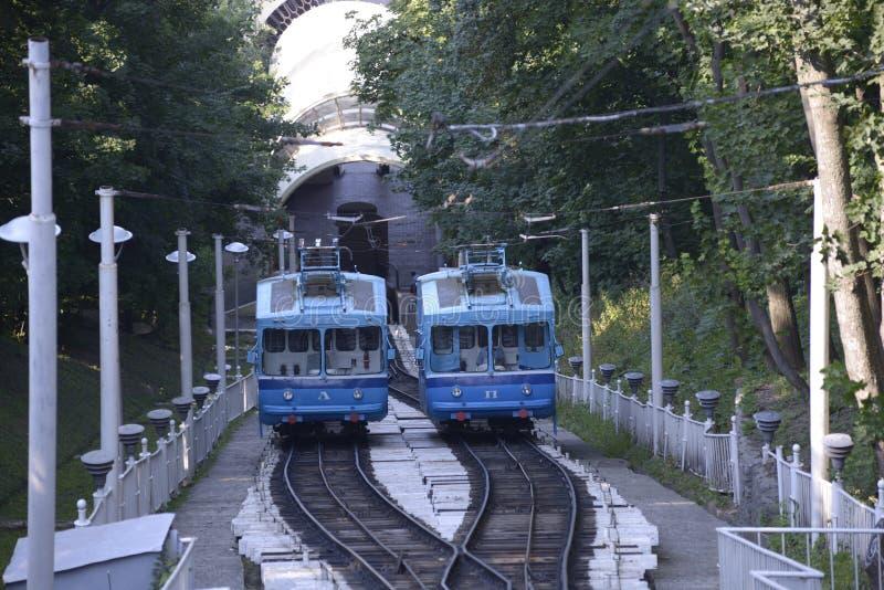 Kabelbilar på spår, station royaltyfria foton