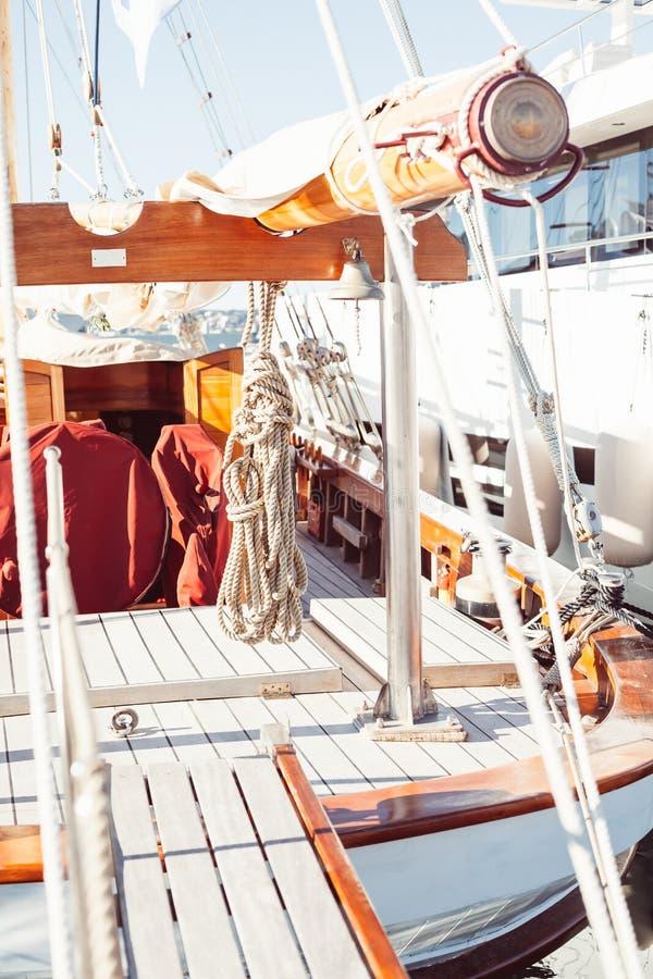 Kabelbundel op een houten boot royalty-vrije stock foto's