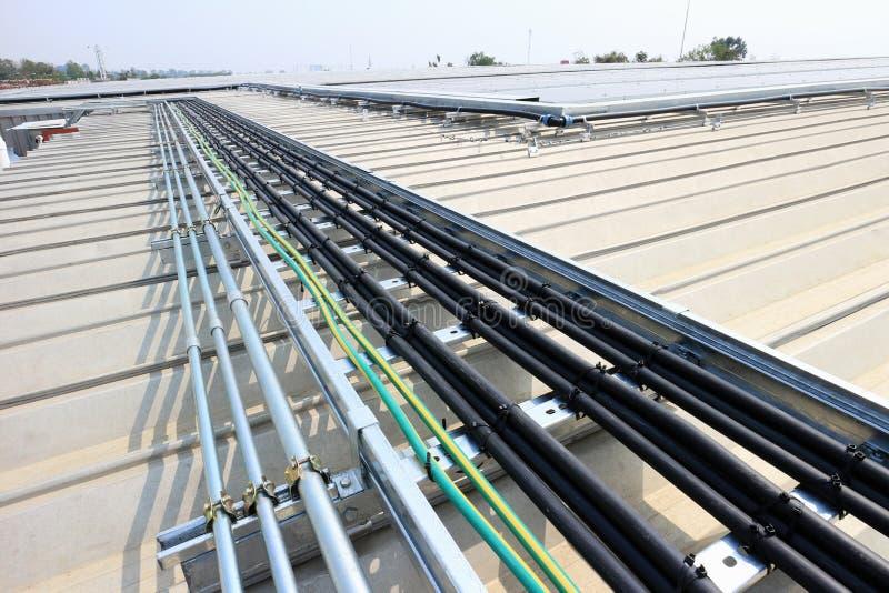 Kabeleinbau für Solardachspitzen-System stockfotografie