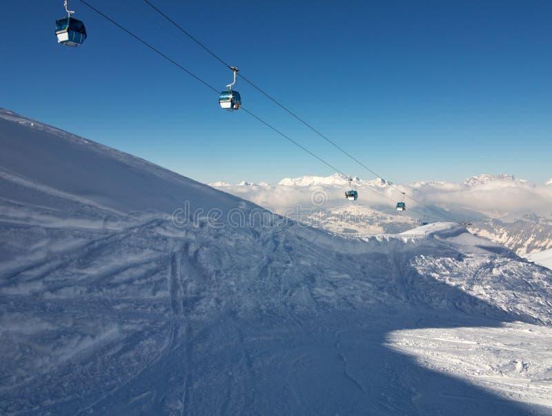 Kabelgondoler över de schweiziska alpsna fotografering för bildbyråer