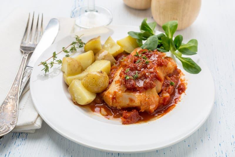 Kabeljau oder Pollacks gekocht in der Tomaten-und Thymian-Soße stockbilder