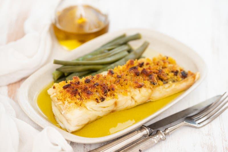 Kabeljauwvissen met graanbrood en slabonen op schotel royalty-vrije stock foto's
