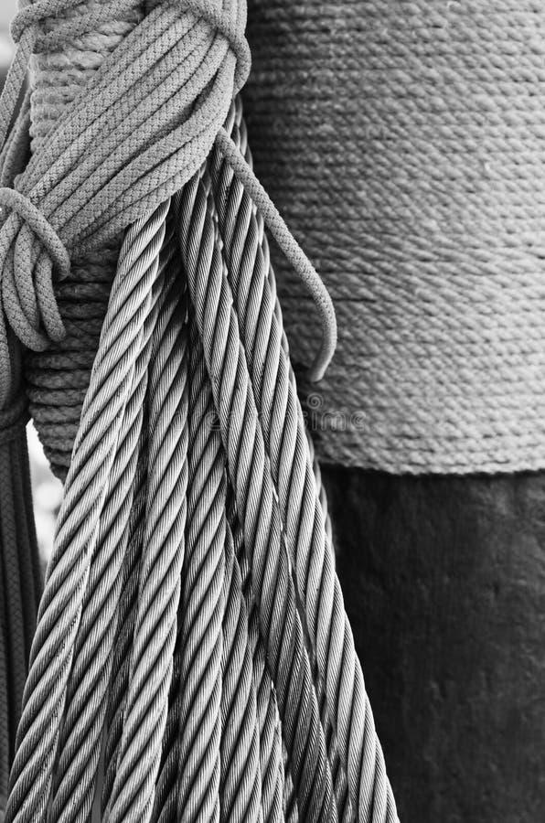 Kabels die in baaien op een oud varend schip worden gevlecht stock foto's
