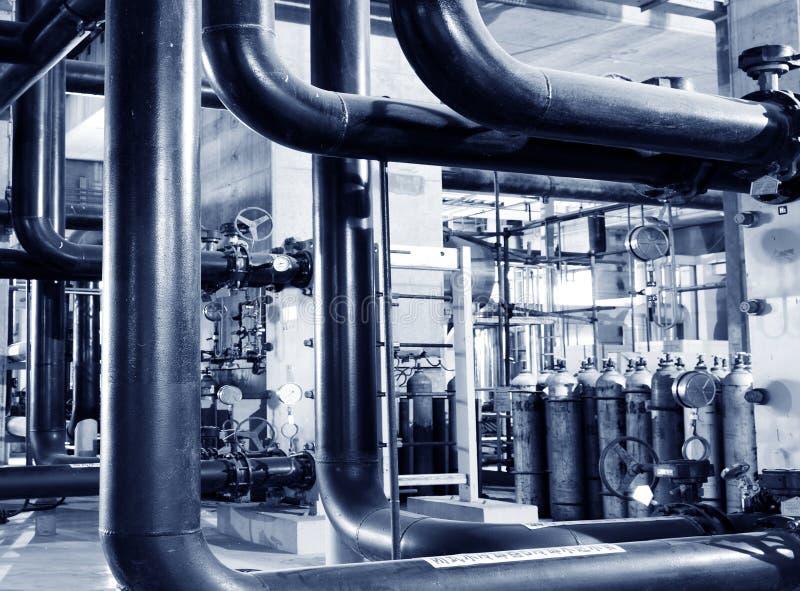 Kabels en door buizen leiden zoals gevonden binnen van industriële elektrische centrale royalty-vrije stock fotografie