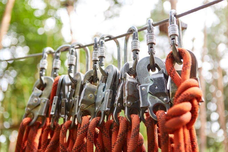 Kabels en onverwachte haken voor veiligheid stock afbeeldingen