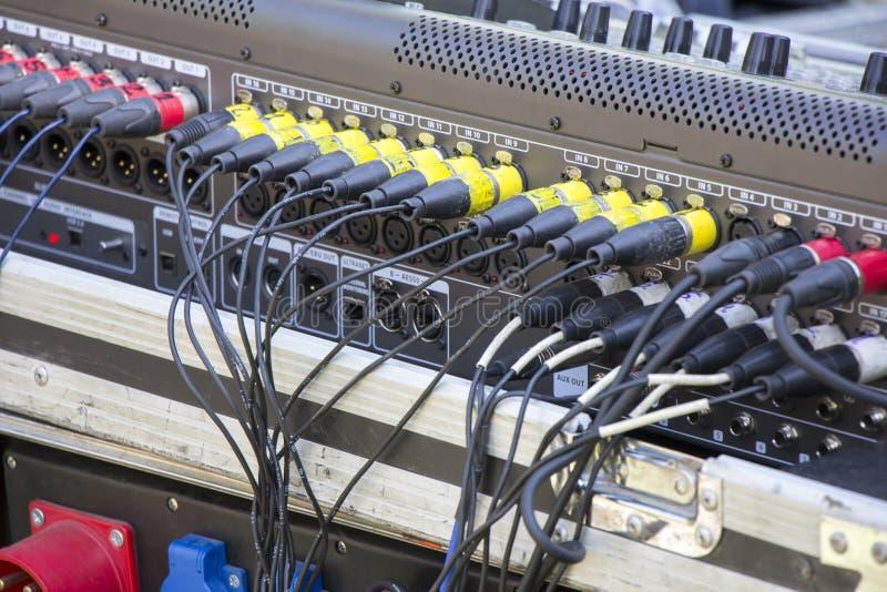 Kabels inbegrepen in de audiomixer royalty-vrije stock fotografie