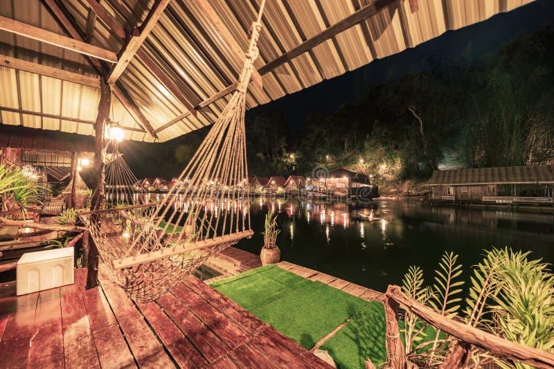 Kabelschommeling het hangen bij de tropische houten vlottoevlucht bij rivierkwai royalty-vrije stock fotografie