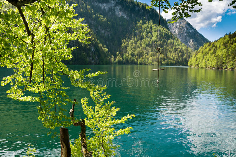 Kabelschommeling over Meer Koenigssee stock foto's