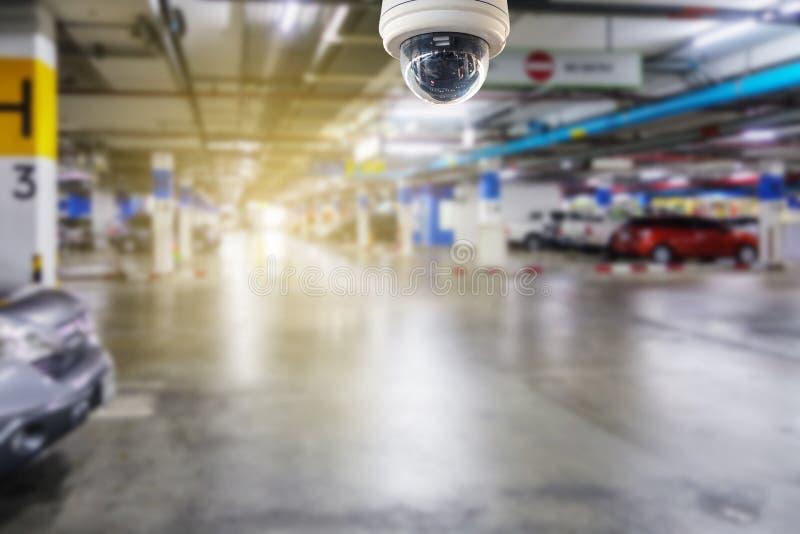 Kabeltelevisie-camera op het parkeerterrein aan beschermingsveiligheid die wordt geïnstalleerd royalty-vrije stock afbeelding