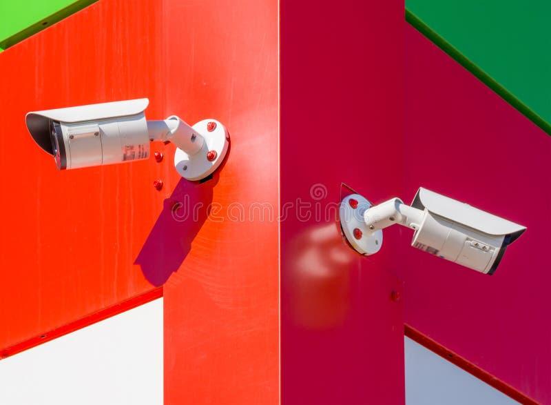 Kabeltelevisie-camera's bij de hoek van het gebouw worden geïnstalleerd dat royalty-vrije stock fotografie