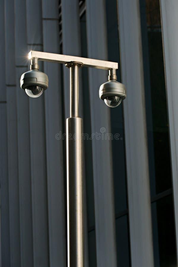 Kabeltelevisie-camera's buiten een bureaugebouw royalty-vrije stock afbeeldingen
