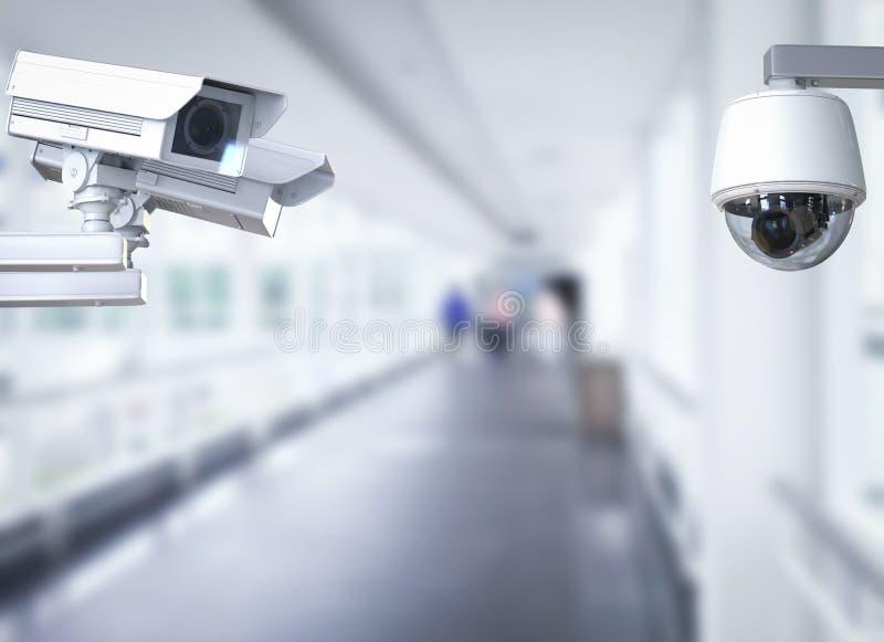 Kabeltelevisie-camera of veiligheidscamera op gangachtergrond royalty-vrije stock afbeelding