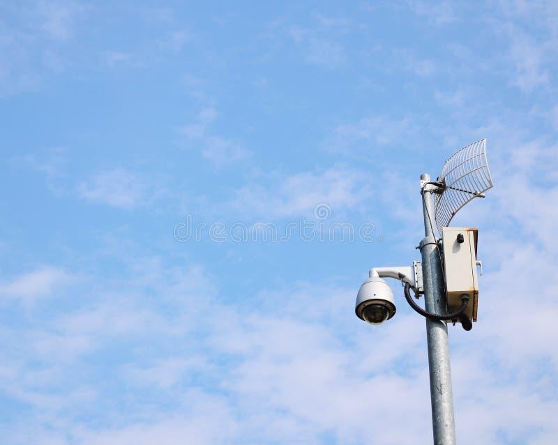 Kabeltelevisie-camera, veiligheidssysteem, technologie opgezet op de Hemelachtergrond van staalposten stock fotografie