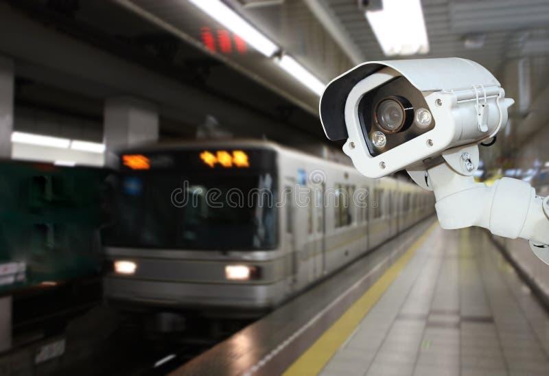 Kabeltelevisie-Cameraveiligheid die op het platform van de metropost werken underg stock foto