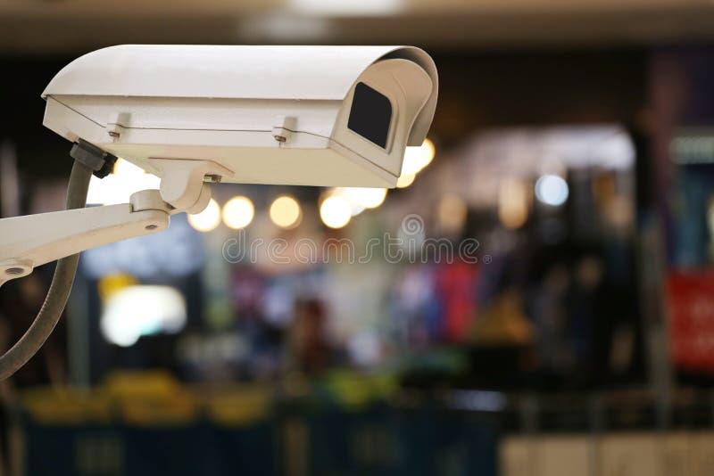 Kabeltelevisie-Cameraverslag op onduidelijk beeldachtergrond van binnenlands restaurant royalty-vrije stock foto