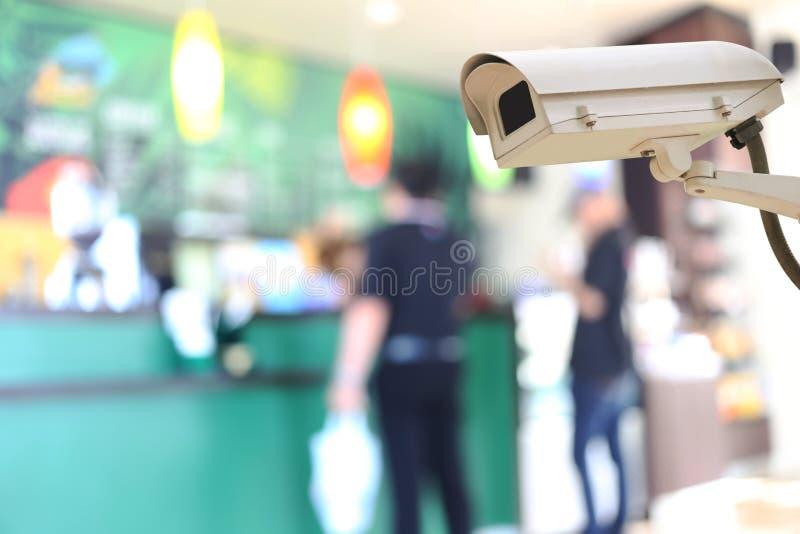Kabeltelevisie-Cameraverslag op onduidelijk beeldachtergrond van mensen in de koffie stock foto's