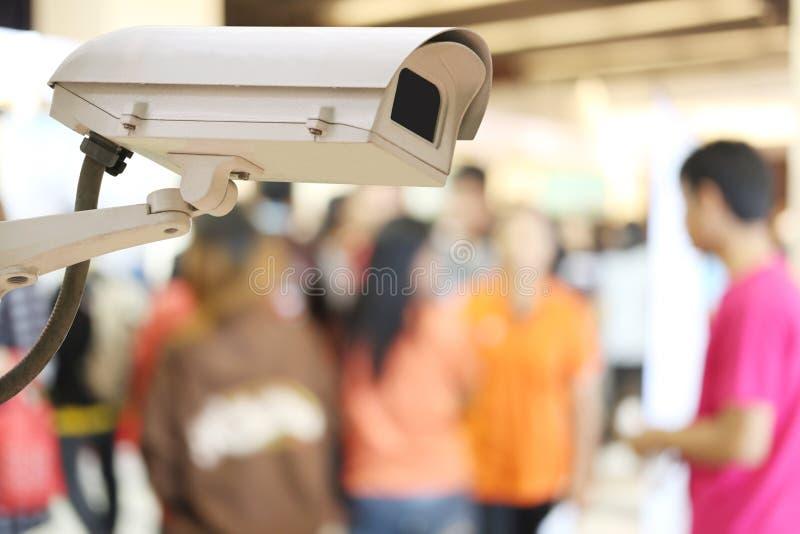 Kabeltelevisie-Cameraverslag op onduidelijk beeldachtergrond van mensen in het Winkelen stock foto's