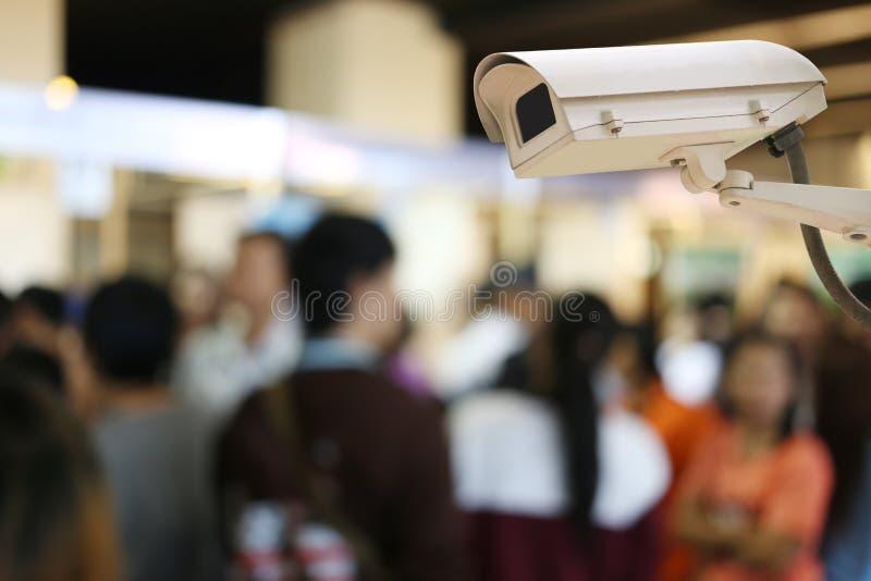 Kabeltelevisie-Cameraverslag op onduidelijk beeldachtergrond van mensen in het Winkelen royalty-vrije stock fotografie