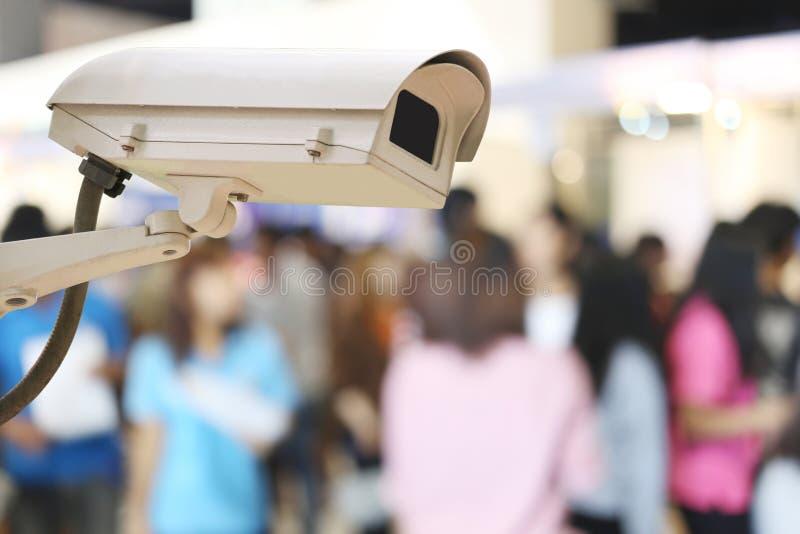Kabeltelevisie-Cameraverslag op onduidelijk beeldachtergrond van mensen in het Winkelen stock foto
