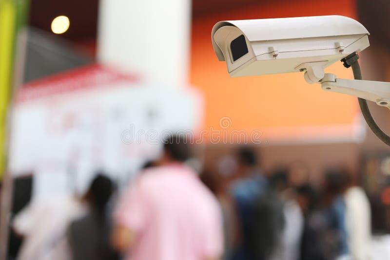 Kabeltelevisie-Cameraverslag op onduidelijk beeldachtergrond van mensen in het Winkelen royalty-vrije stock afbeeldingen