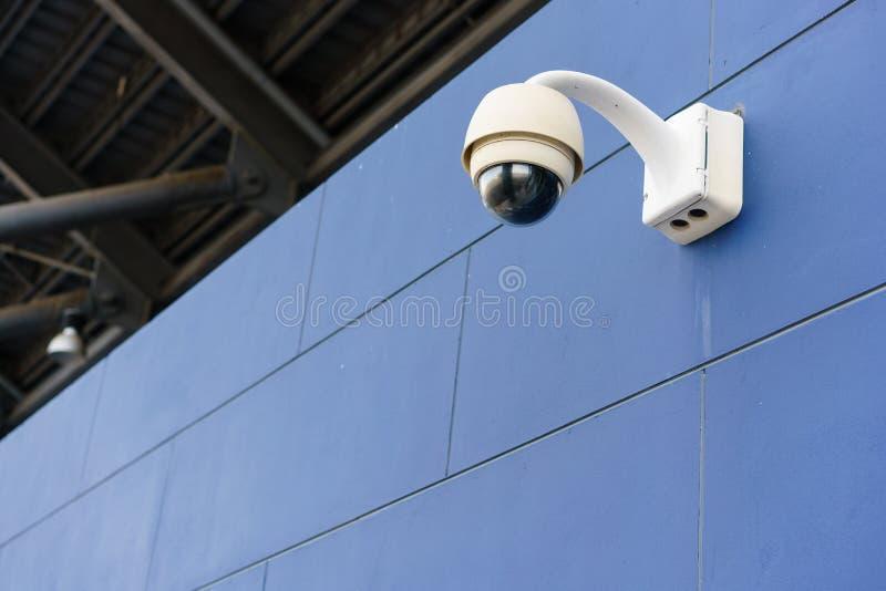Kabeltelevisie-controle, veiligheidscamera's bij openluchtstadion stock fotografie