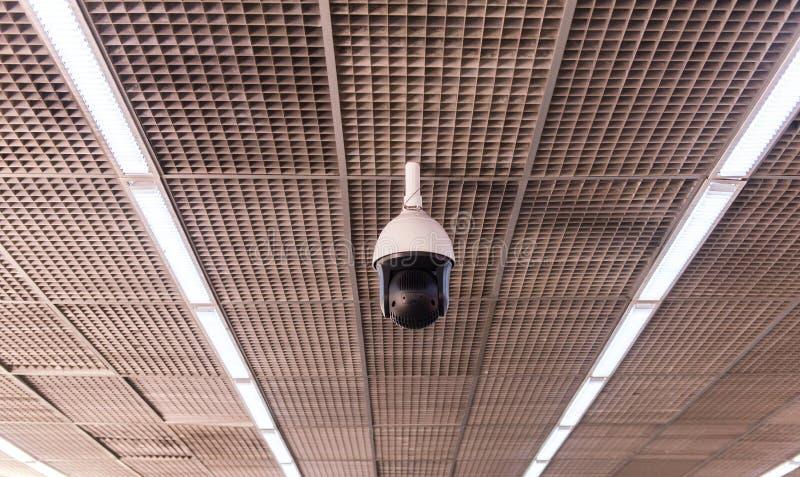 Kabeltelevisie in de bouw bij luchthaventerminal, de monitor van de Veiligheidscamera stock afbeelding