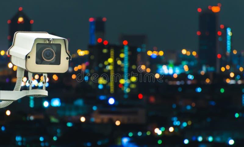 Kabeltelevisie met het Vertroebelen van Stad op achtergrond stock foto's