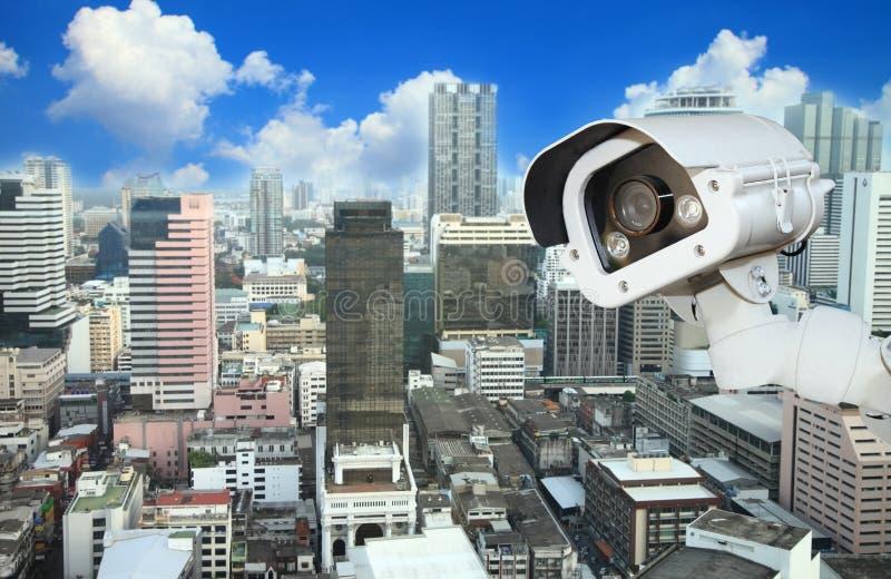 Kabeltelevisie met het Vertroebelen van Stad op achtergrond stock foto