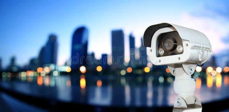 Kabeltelevisie met het Vertroebelen van Stad op nachtachtergrond stock foto's
