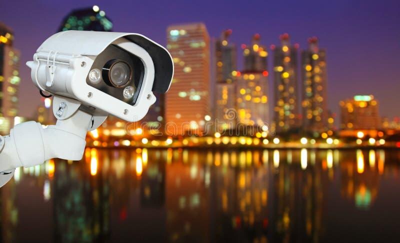 Kabeltelevisie met het Vertroebelen van Stad op nachtachtergrond stock afbeelding