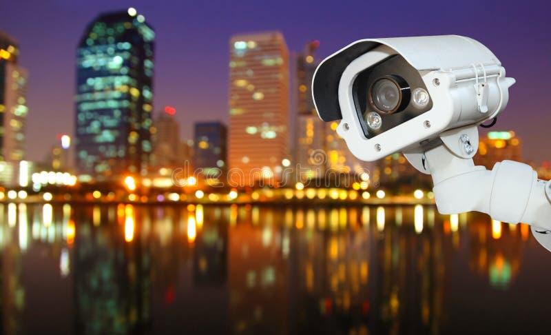 Kabeltelevisie met het Vertroebelen van Stad op nachtachtergrond stock afbeeldingen