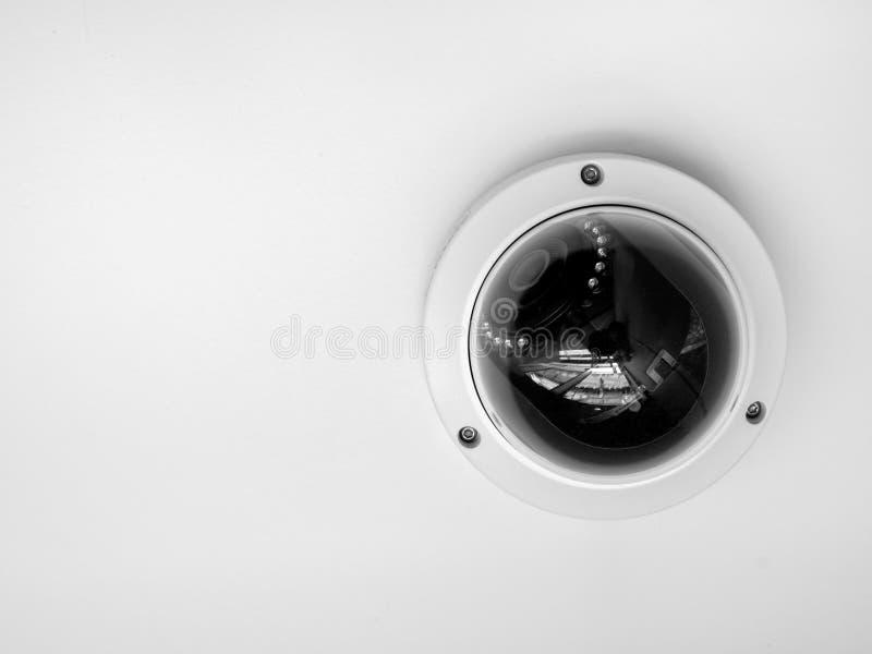 Kabeltelevisie-systeemveiligheid Close-up om kabeltelevisie-camera op plafond op witte achtergrond wordt geïsoleerd die stock afbeeldingen