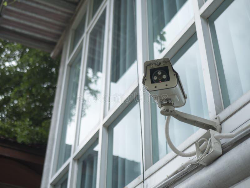 Kabeltelevisie-veiligheidscamera buiten de bureaubouw stock foto