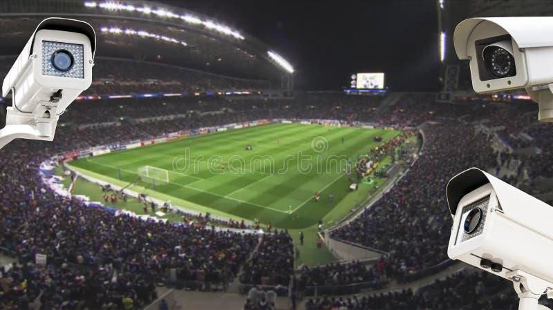 Kabeltelevisie-Veiligheidscamera die in voetbalstadion werken royalty-vrije stock afbeeldingen