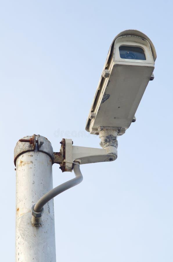 Kabeltelevisie-Veiligheidscamera op blauwe hemelachtergrond royalty-vrije stock fotografie