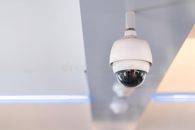 Kabeltelevisie-veiligheidscamera op plafond die binnen bouwfo werken royalty-vrije stock foto's