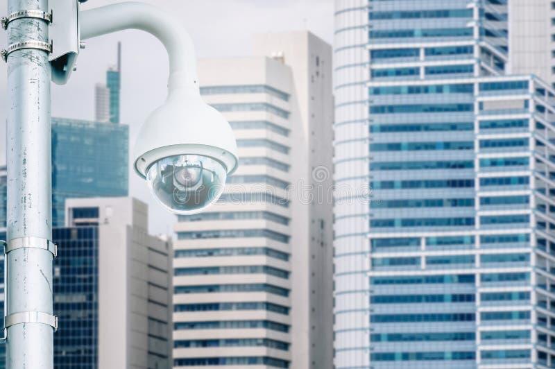 Kabeltelevisie-Veiligheidscamera of toezicht die bij de bureaubouw werken stock afbeeldingen
