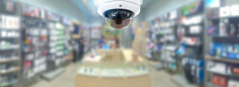 Kabeltelevisie-veiligheidspanorama met de onscherpe achtergrond van de winkelopslag royalty-vrije stock afbeelding