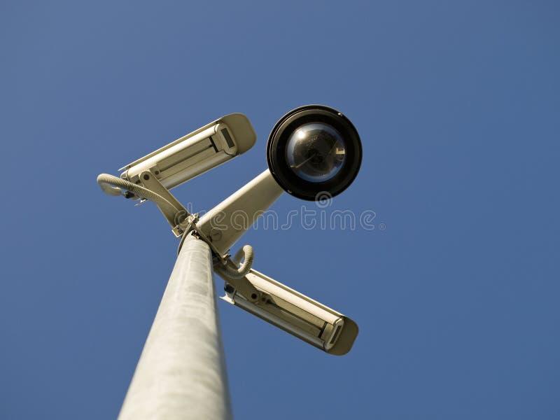 Kabeltelevisiecamera's van de veiligheid voor blauwe hemel royalty-vrije stock foto