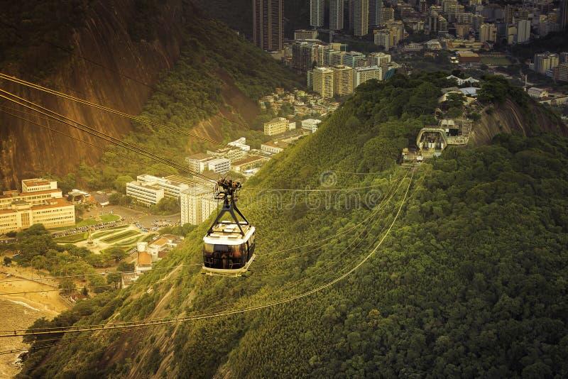Kabelwagen aan Sugar Loaf in Rio de Janeiro met licht lek royalty-vrije stock afbeelding